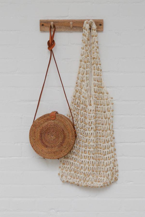 Round Bali Bag Nusa bruin en witte macrame kralen tas