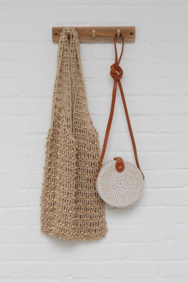 Round Bali Bag Nusa wit, klein en macrame tas met kralen bruin